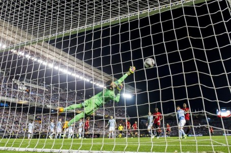 Visão de dentro do gol do Celta, no lance do gol do United. (Juan Arce/Getty)