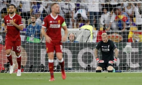 Karius (ao fundo) no último sábado na final da UCL disputada em Kiev (Ucrânia) (Foto: Tom Jenkins/The Guardian)